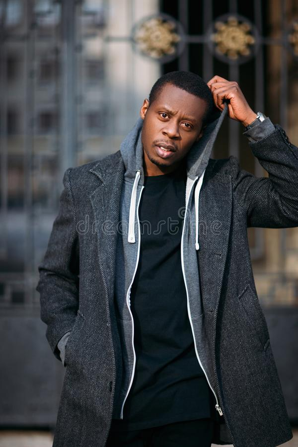 Неуверенный Афро-американский мужчина Одежды моды стоковое изображение rf