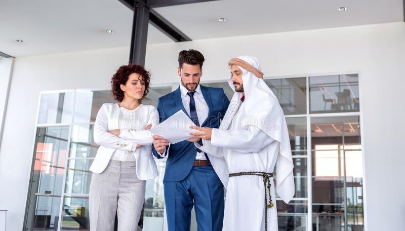 Неудовлетворенная бизнес-леди на встрече арабского менеджера стоковые изображения rf