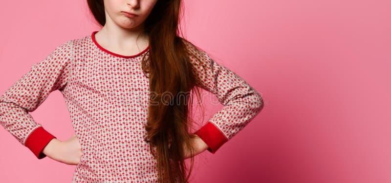 Неудовлетворенная маленькая девочка в пижамах проспала поднимающее вверх и сердитое для вас стоковое фото rf