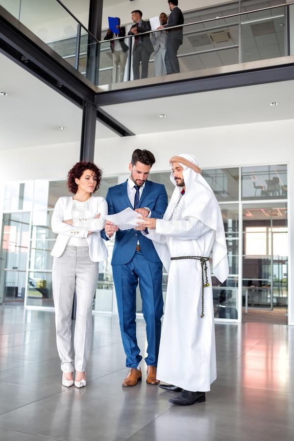 Неудовлетворённые менеджеры на встрече с аравийским человеком стоковые изображения rf