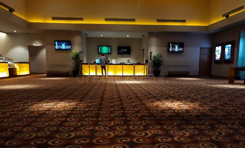 Неузнаваемые люди в XXI кино внутри торгового центра XXI кино самая большая цепь кино в Индонезии стоковые изображения rf