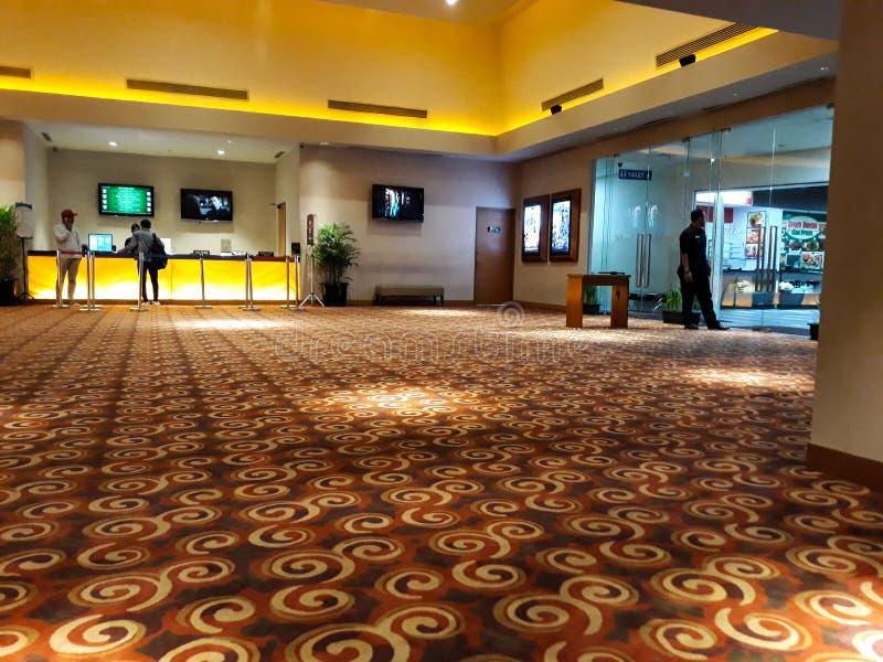 Неузнаваемые люди в XXI кино внутри торгового центра XXI кино самая большая цепь кино в Индонезии стоковые фотографии rf