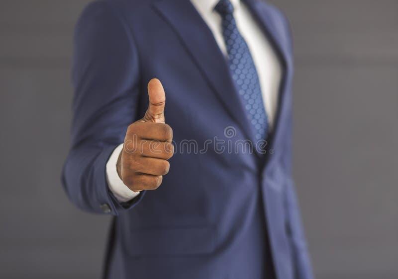 Неузнаваемый бизнесмен, демонстрирующий большой жест над серым фоном стоковое изображение rf