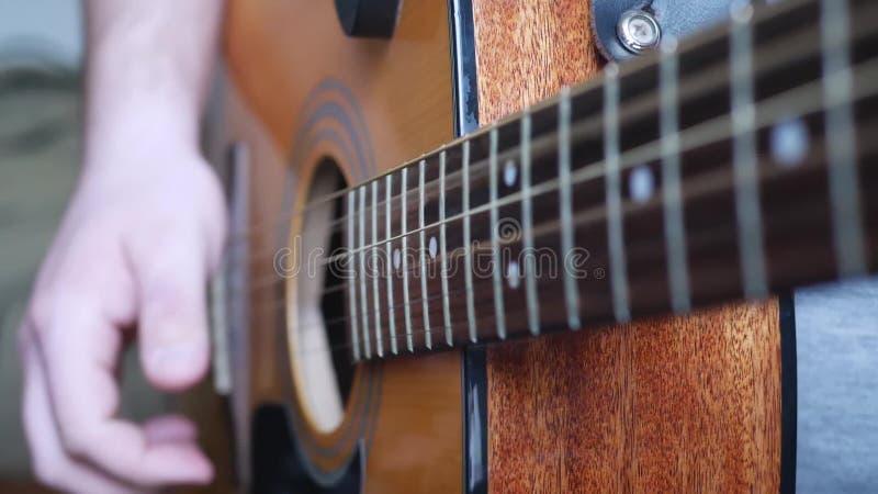 Неузнаваемый музыкант, играющий на акустической гитаре сток-видео