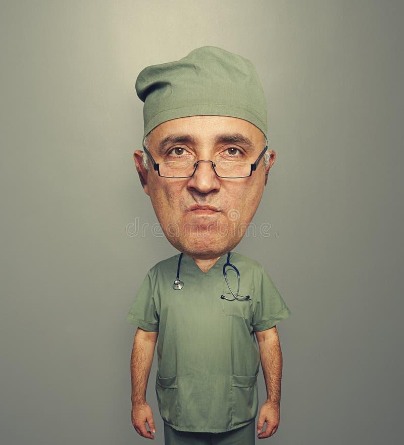 Неудовлетворенный доктор bighead в форме стоковое изображение