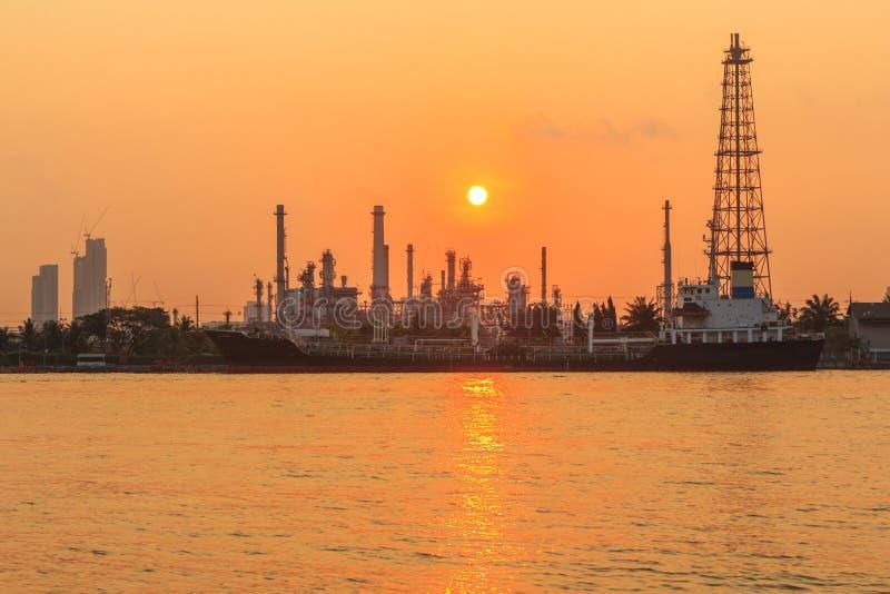 Нефтеперерабатывающее предприятие на реке во времени восхода солнца стоковые изображения