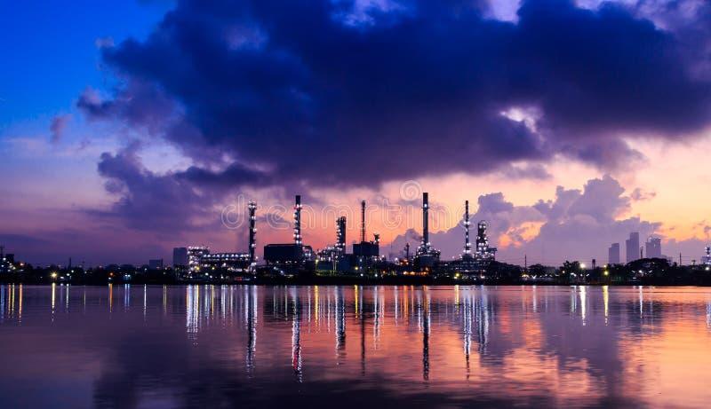 Нефтеперерабатывающее предприятие ночью сумерек стоковое изображение
