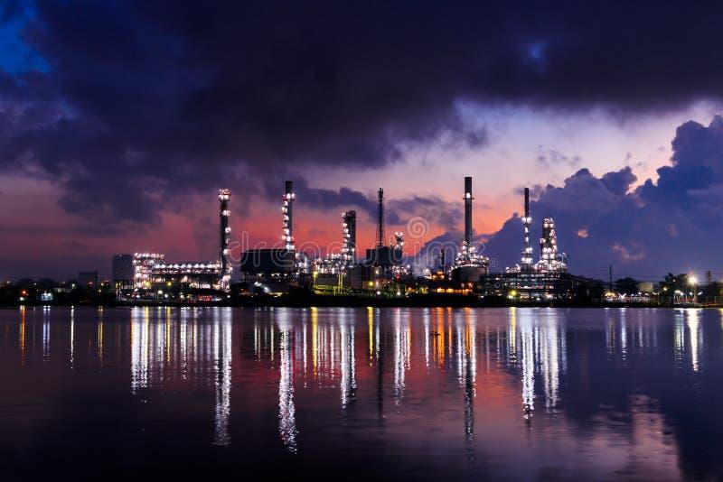 Нефтеперерабатывающее предприятие ночью сумерек стоковое изображение rf