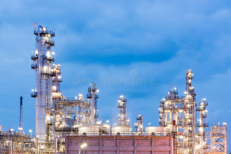 Нефтеперерабатывающее предприятие и нефтяная промышленность на nighttime стоковое изображение