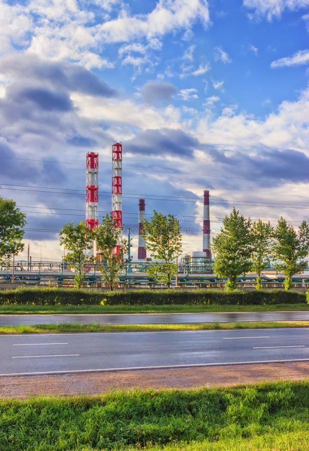 Нефтеперерабатывающее предприятие на солнечном дне стоковое изображение rf