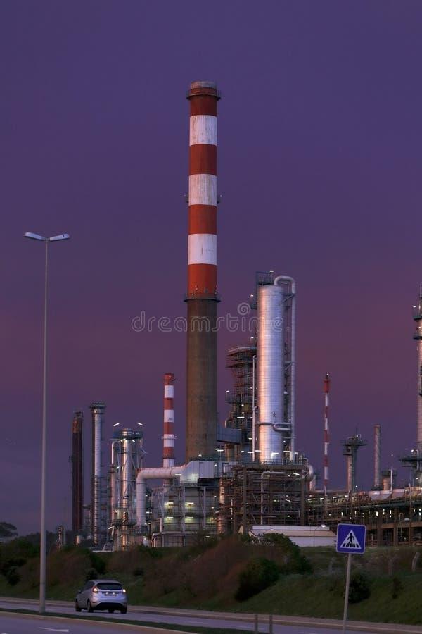Нефтеперерабатывающее предприятие на сумраке стоковые изображения