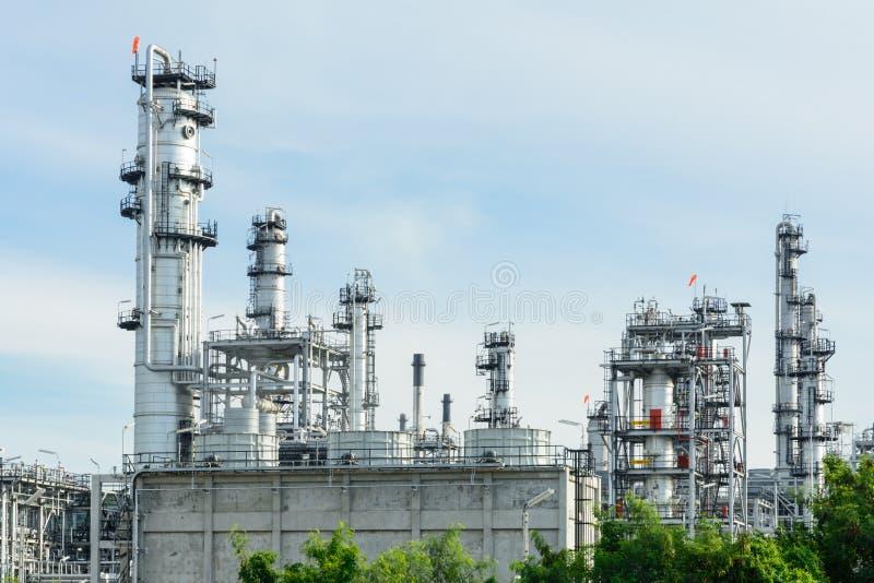 Нефтеперерабатывающее предприятие с голубым небом в утреннем времени стоковое фото