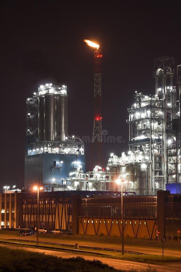 нефтехимический завод ночи стоковые изображения