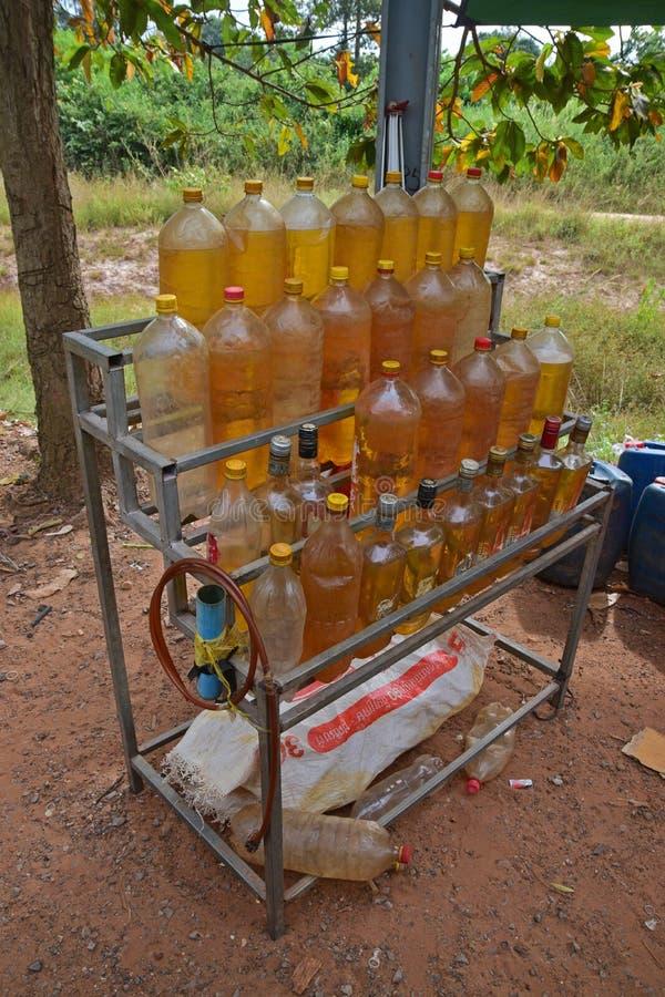 Нефть автомобиля в бутылках проданных на обочине в много более плохих азиатских стран стоковое изображение
