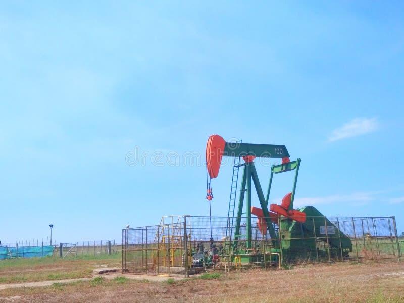 Нефть нефтедобывающих промышленностей Бруней на насосе земли берега стоковая фотография rf