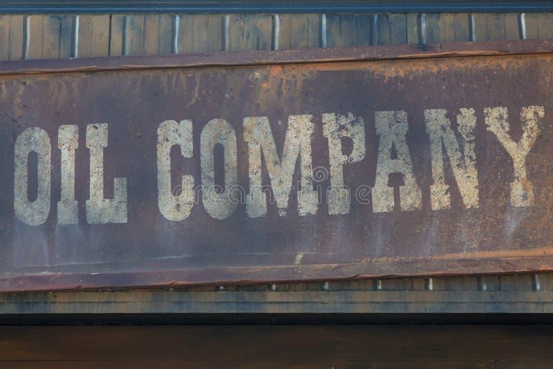 Нефтяная компания: Античный знак на деревянной рамке стоковое фото rf