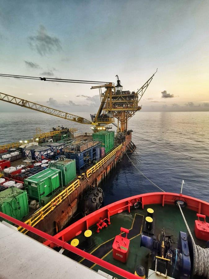 Нефтяная платформа на море во время красивого захода солнца стоковая фотография