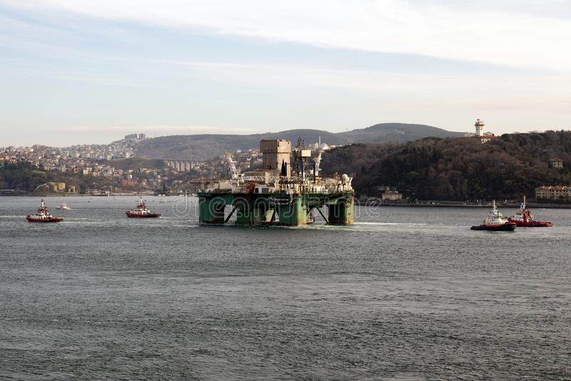 Нефтяная платформа проходит bosphorus Стамбула с 4 службами береговой охраны стоковое фото rf