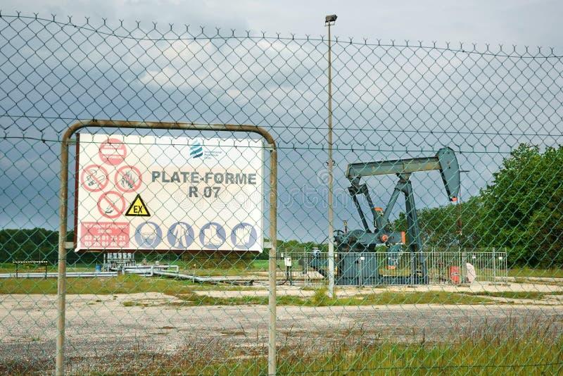 Нефтяная скважина Pumpjack сигнализируя доску Марна Францию Европу стоковая фотография