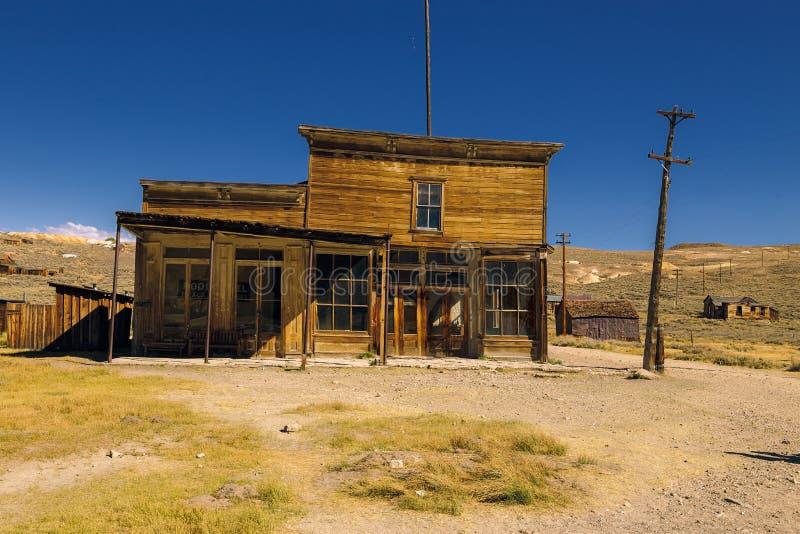 Нечестное покинутое западное здание и магазин салона в город-привидении Bodie стоковая фотография