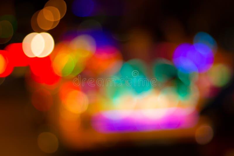Неясное изображение красочных праздничных светов которые можно использовать как bac стоковые фотографии rf