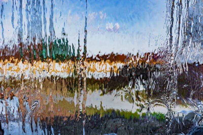Неясное изображение через падая воду стоковые изображения
