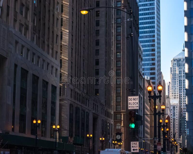 'НЕ БЛОКИРУЙТЕ ИНТЕРСЕКЦИЮ', вывеска на темной, жутко освещенной городской улице в Чикаго Loop стоковая фотография rf