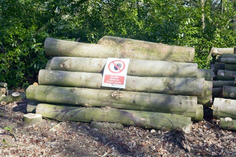 Не взберитесь на стогах тимберса - предупредительном знаке в лесе стоковое изображение rf