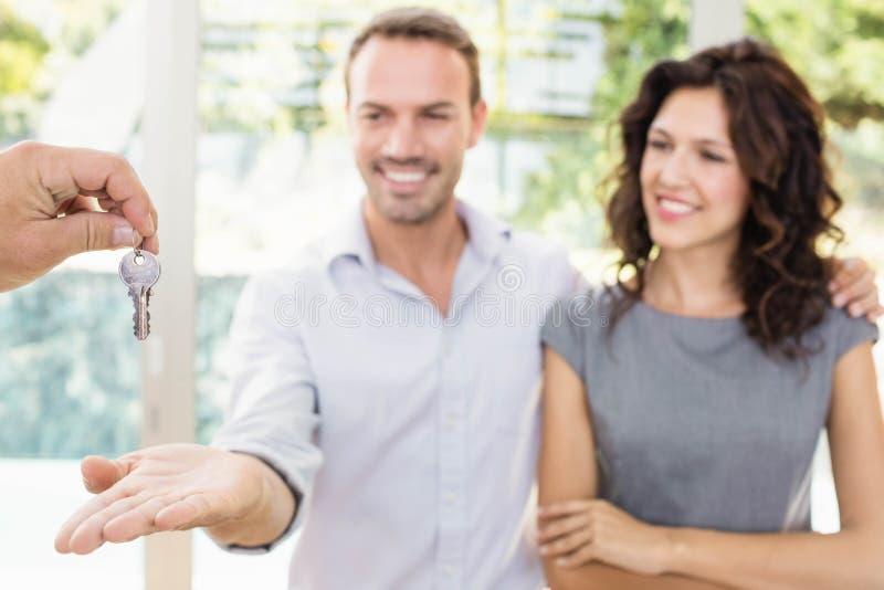 Недвижимый агент давая ключи стоковые изображения