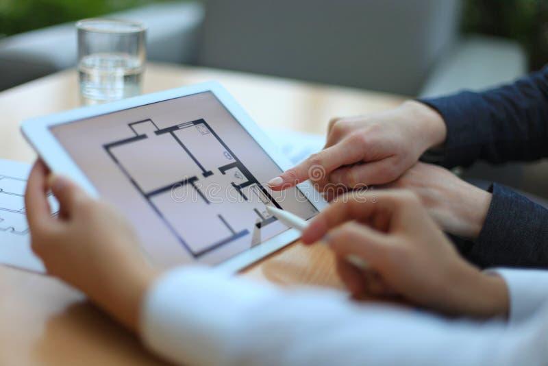 Недвижимый агент показывая планы дома стоковые изображения rf