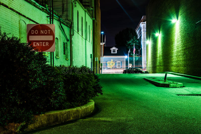 Не войдите в подпишите внутри темный переулок на ноче в Ганновере, Pennsylva стоковое изображение