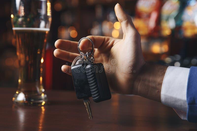 Не выпейте и не управьте! Подрезанное изображение автомобиля пьяного человека говоря стоковая фотография