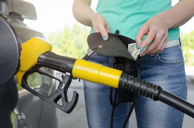 Не достаточные деньги для газа топлива стоковые фотографии rf
