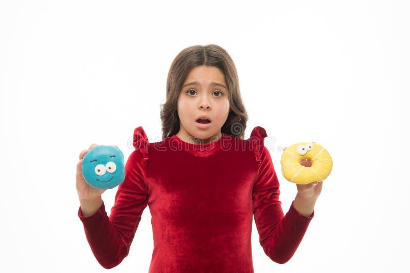 Не знайте что для еды первого небольшого ребенк в пекарне донута Немногое ребенок со смешными donuts Прелестная небольшая девушка стоковые изображения