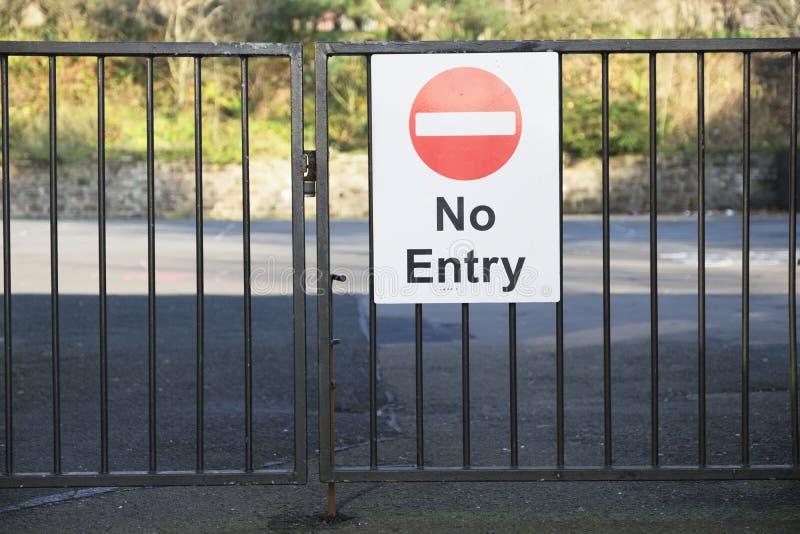 Не обучите никакой знак входа на въездных воротах для публики держать зрачки безопасный стоковое изображение rf