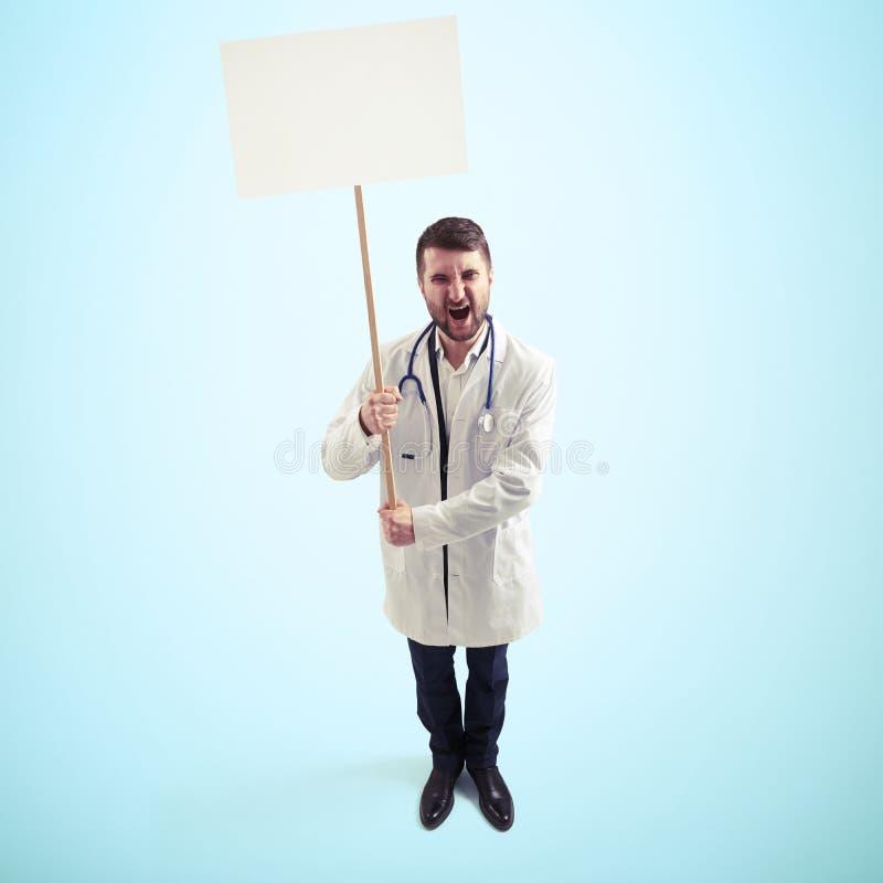 Недовольный кричащий доктор стоковые фото