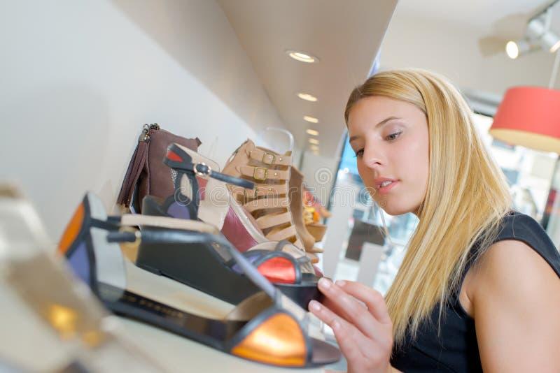 Не смогите выбрать которые ботинки, который нужно купить стоковое изображение rf