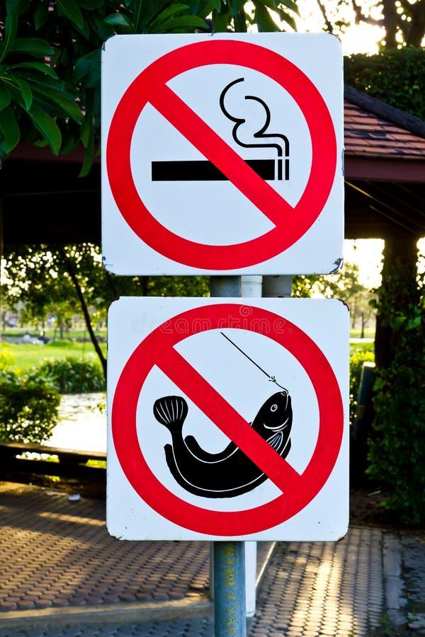 не удить никакое предупреждение знака куря стоковые фотографии rf