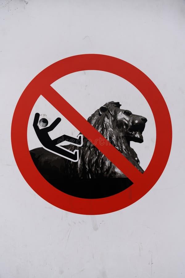 Не упадите с знака льва стоковые изображения rf