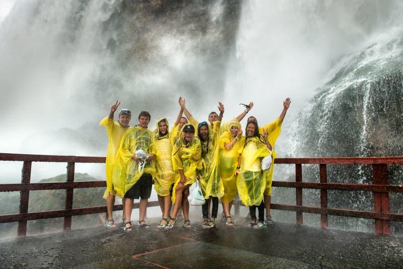 НИАГАРСКИЙ ВОДОПАД, NY - 13-ОЕ ИЮЛЯ: Счастливые посетители на Ниагарском Водопаде стоковая фотография rf