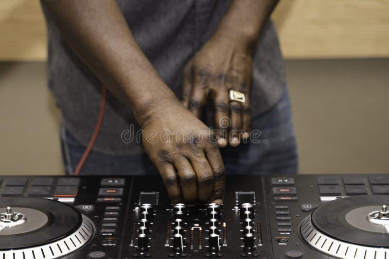 Нигерийский жокей диска Amerian африканца на партии стоковые фотографии rf
