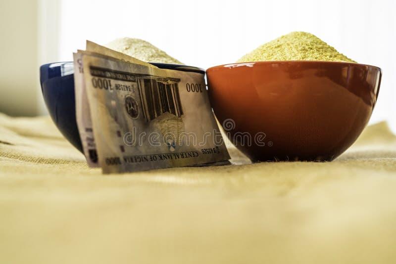 Нигерийское желтое и белое Garri в шарах на рынке стоковые фото