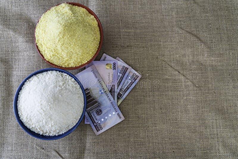 Нигерийское желтое и белое Garri в шарах на рынке стоковые изображения rf