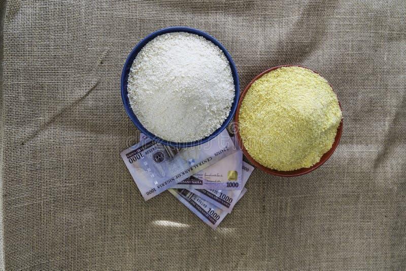 Нигерийское желтое и белое Garri в шарах на рынке стоковая фотография
