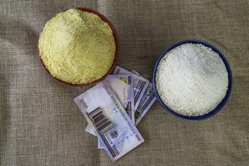 Нигерийское желтое и белое Garri в шарах на рынке стоковое фото rf