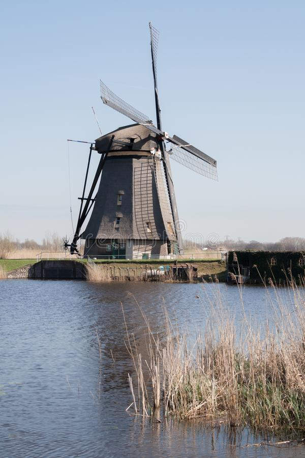 Нидерланды, голландский ландшафт ветрянок на Kinderdijk около Роттердама, места всемирного наследия ЮНЕСКО стоковое фото