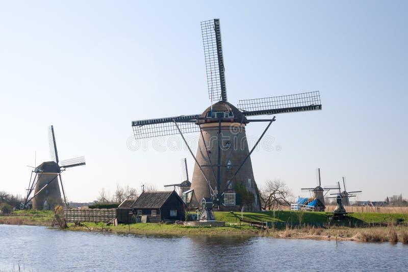 Нидерланды, голландский ландшафт ветрянок на Kinderdijk около Роттердама, места всемирного наследия ЮНЕСКО стоковое фото rf