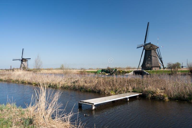 Нидерланды, голландский ландшафт ветрянок на Kinderdijk около Роттердама, места всемирного наследия ЮНЕСКО стоковые изображения rf