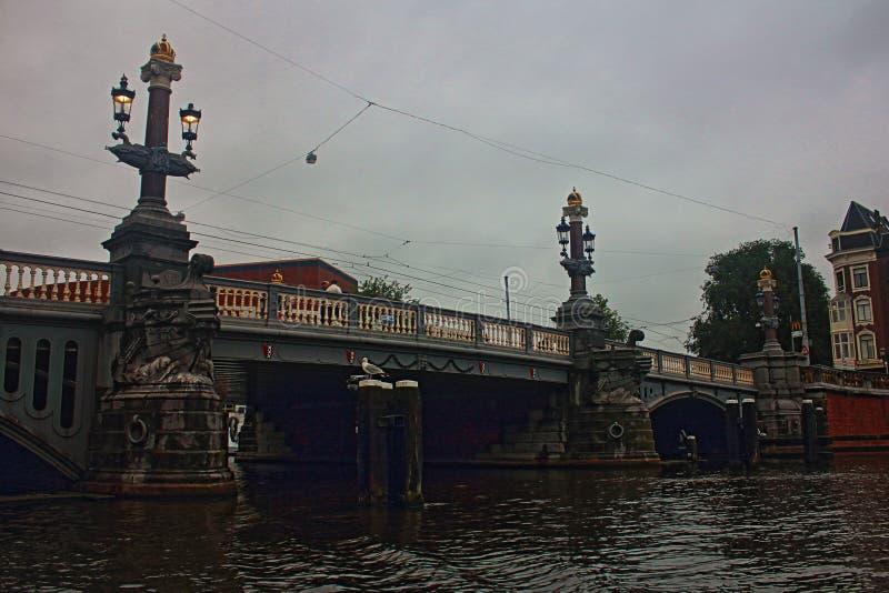 Нидерланды Мост Амстердама вечер Плохая погода стоковое изображение