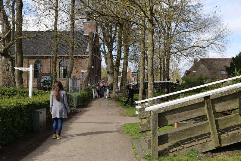НИДЕРЛАНДЫ - 13-ое апреля: Намочите деревню в Giethoorn, Нидерландах 13-ого апреля 2017 стоковая фотография rf